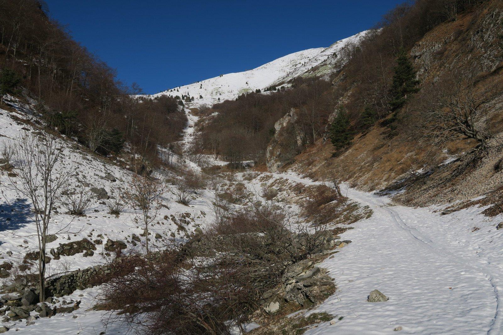 Stradina in alto poca neve