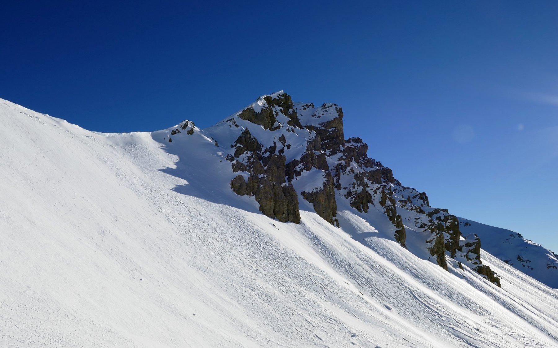 Punta Villadel e colle omonimo a sinistra, che sfrutterò a scendere