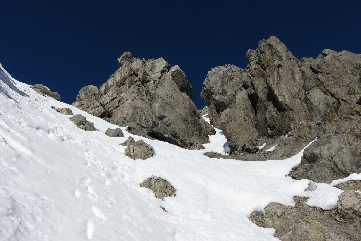 a sx il colletto fra le due cime, a dx il canalino per l'uscita diretta verso la cima principale