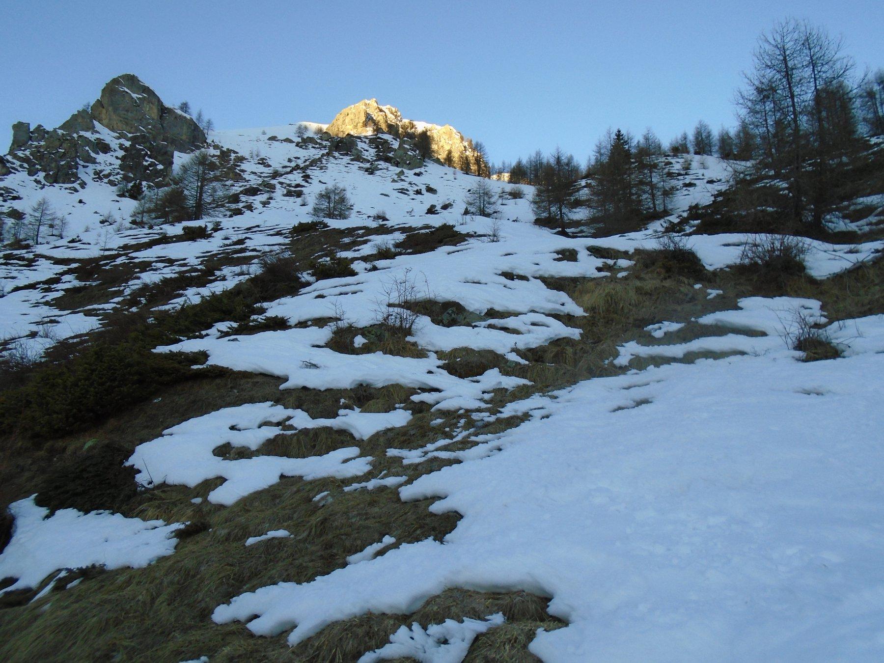 Da Gr.Mozzegliera: direttamente dal pendio fra le due rocche o aggirando il bosco a dx