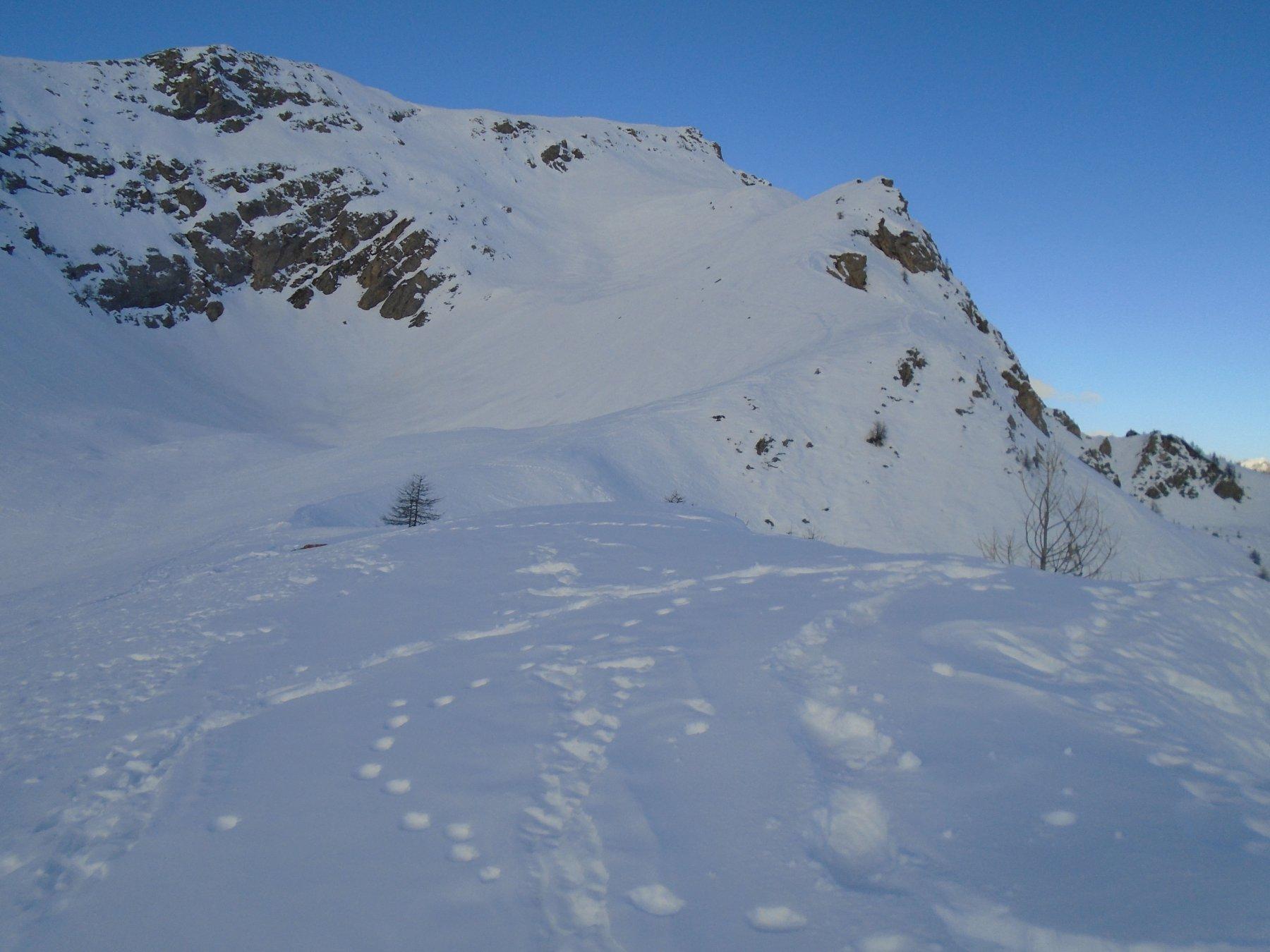 La profonda conca simile a una dolina; a dx la panoramica dorsale est