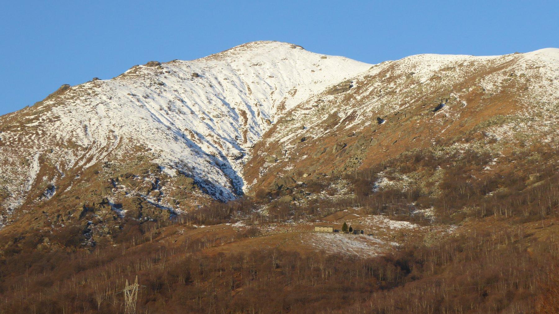 In primo piano, Alpe Eredi Curti con Monte Soglio