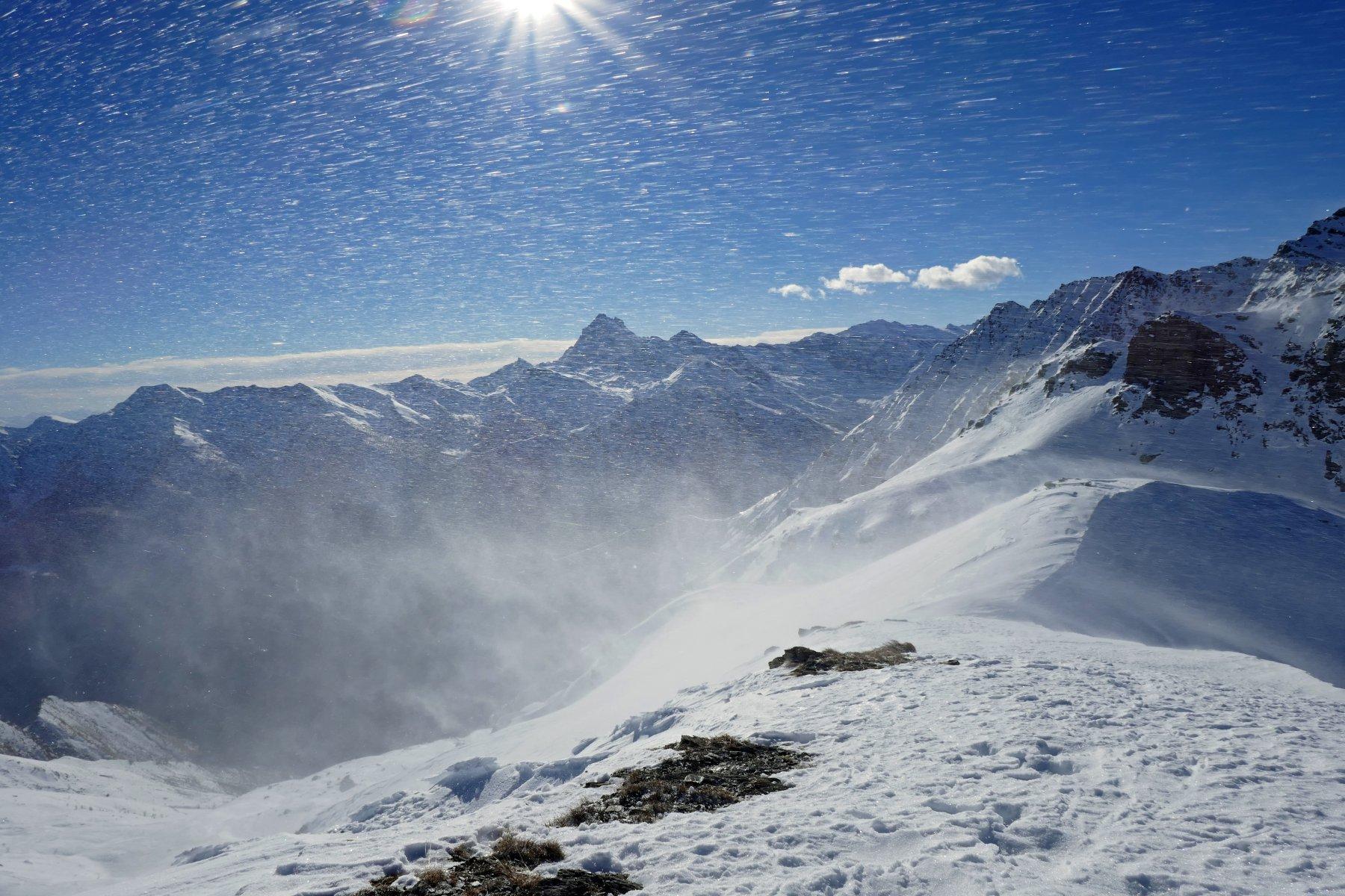 Foto da poco sotto la cima, evidenti i turbini di neve e le raffiche di vento