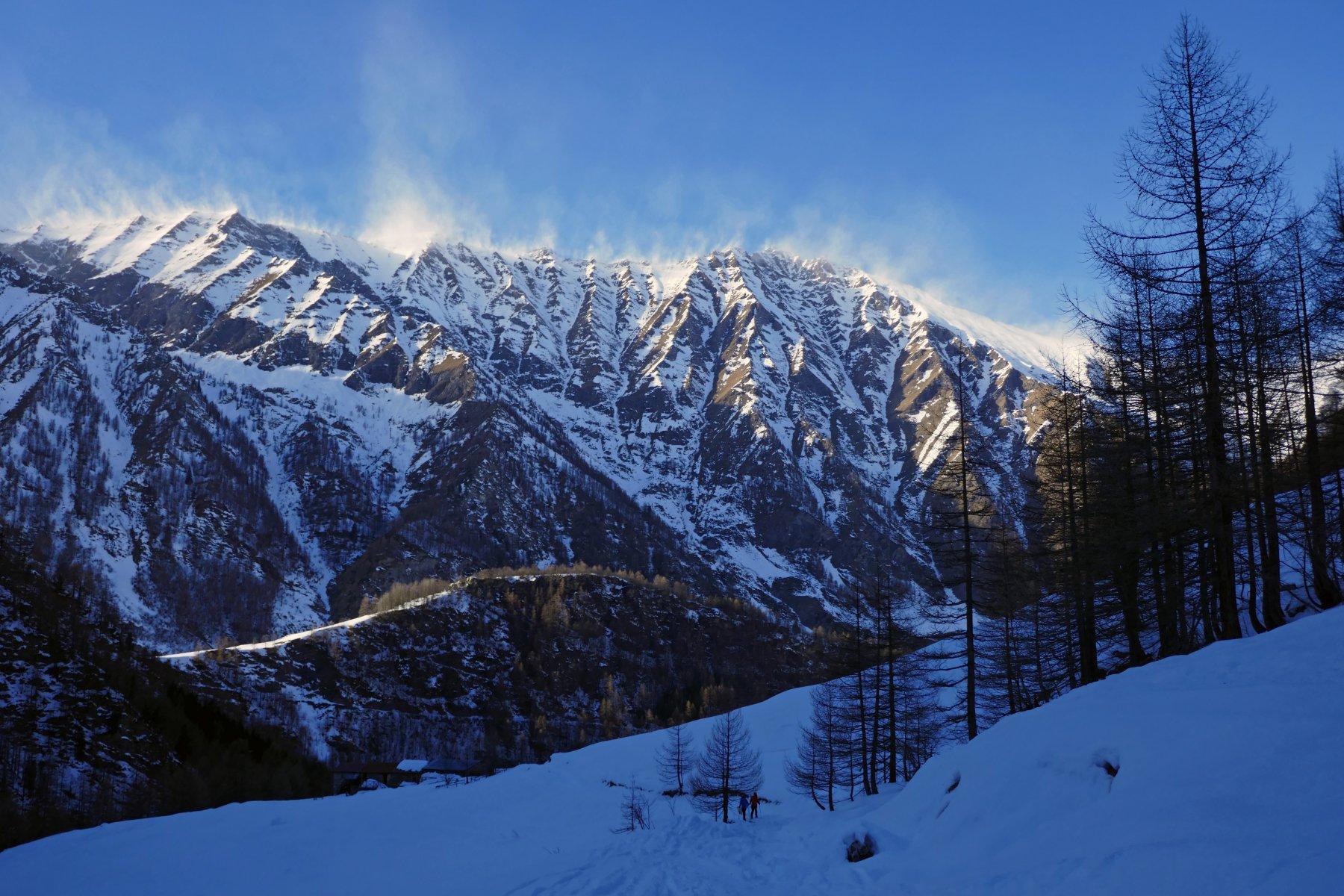 In discesa nei pressi delle Miande Selle, si notano i turbini di neve sulle cime