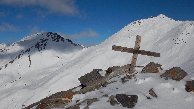 Croce di vetta con sullo sfondo Ghinivert-Bric di Mezzogiorno