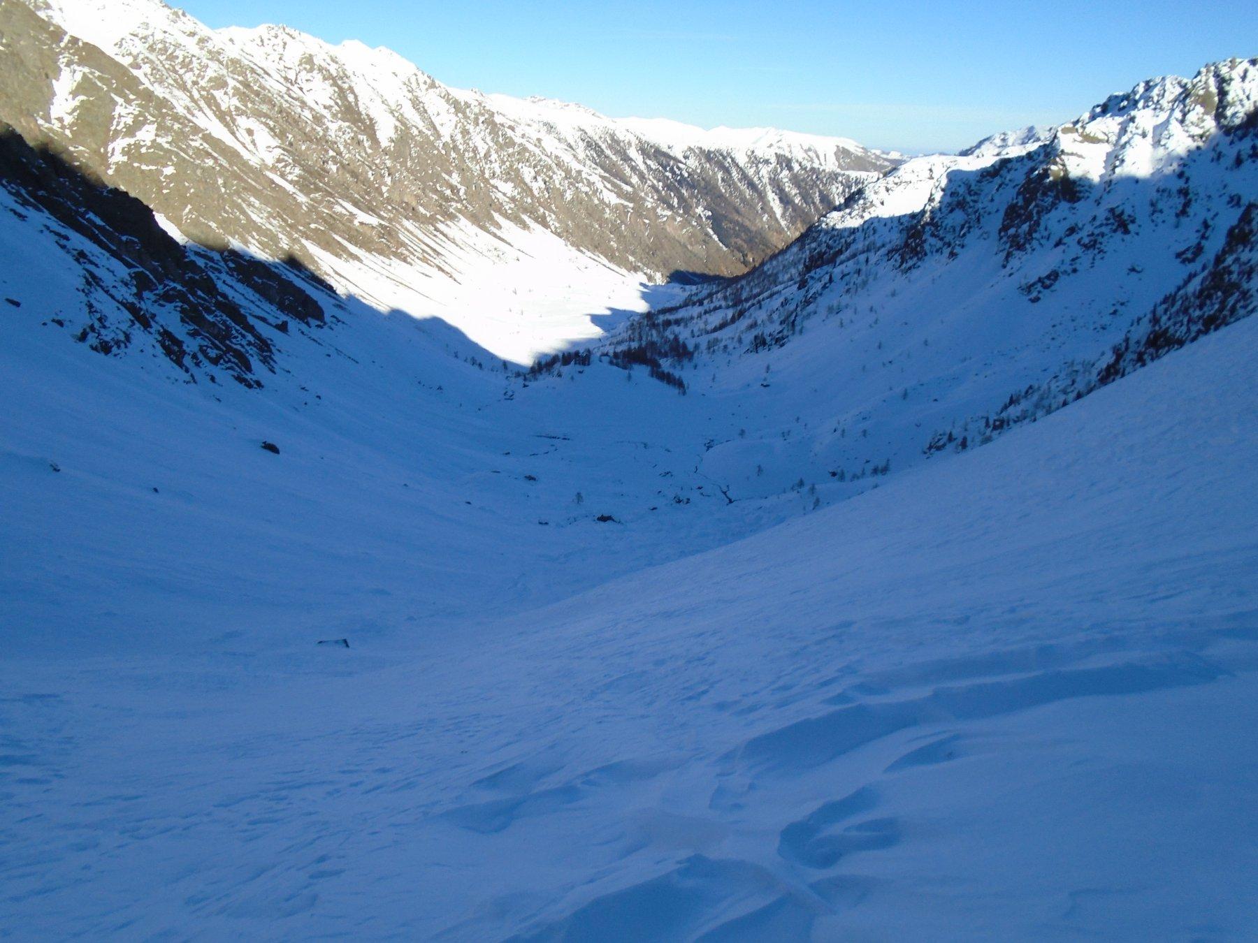 Dalla sella del lago di mezzo discesa verso il rifugio; brutta neve
