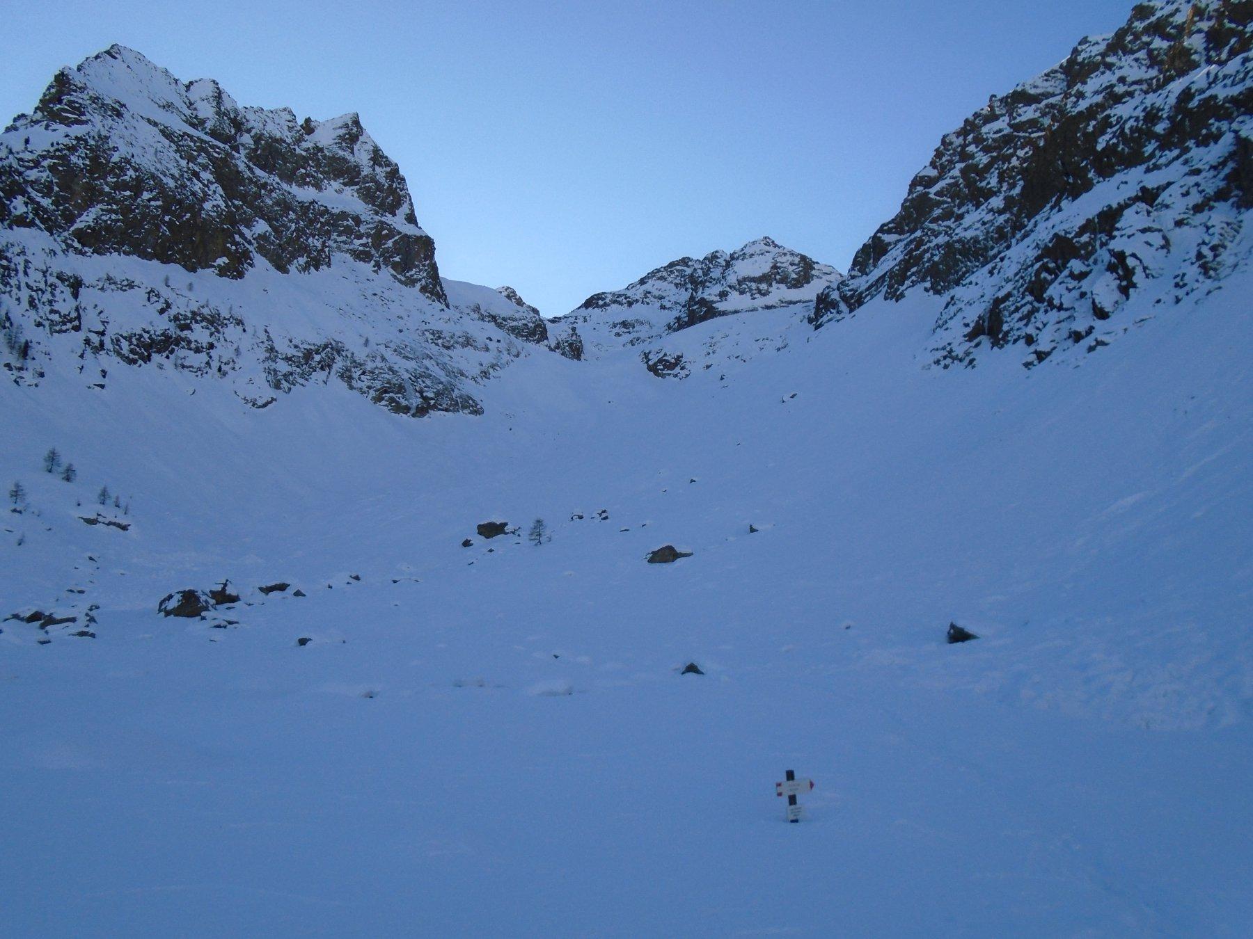 Dal rifugio: al centro la sella nei pressi del Lago Ischiator di Mezzo (2410)