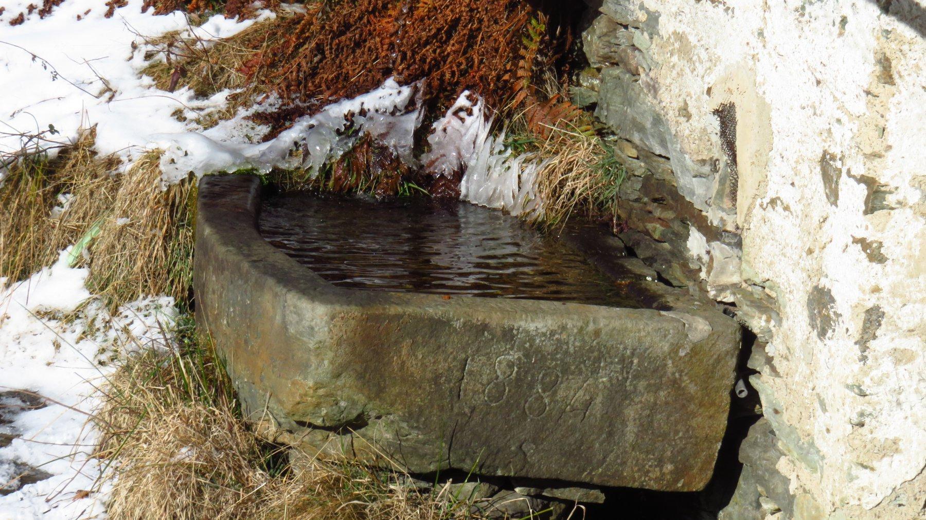 Vasca in pietra a Paramea