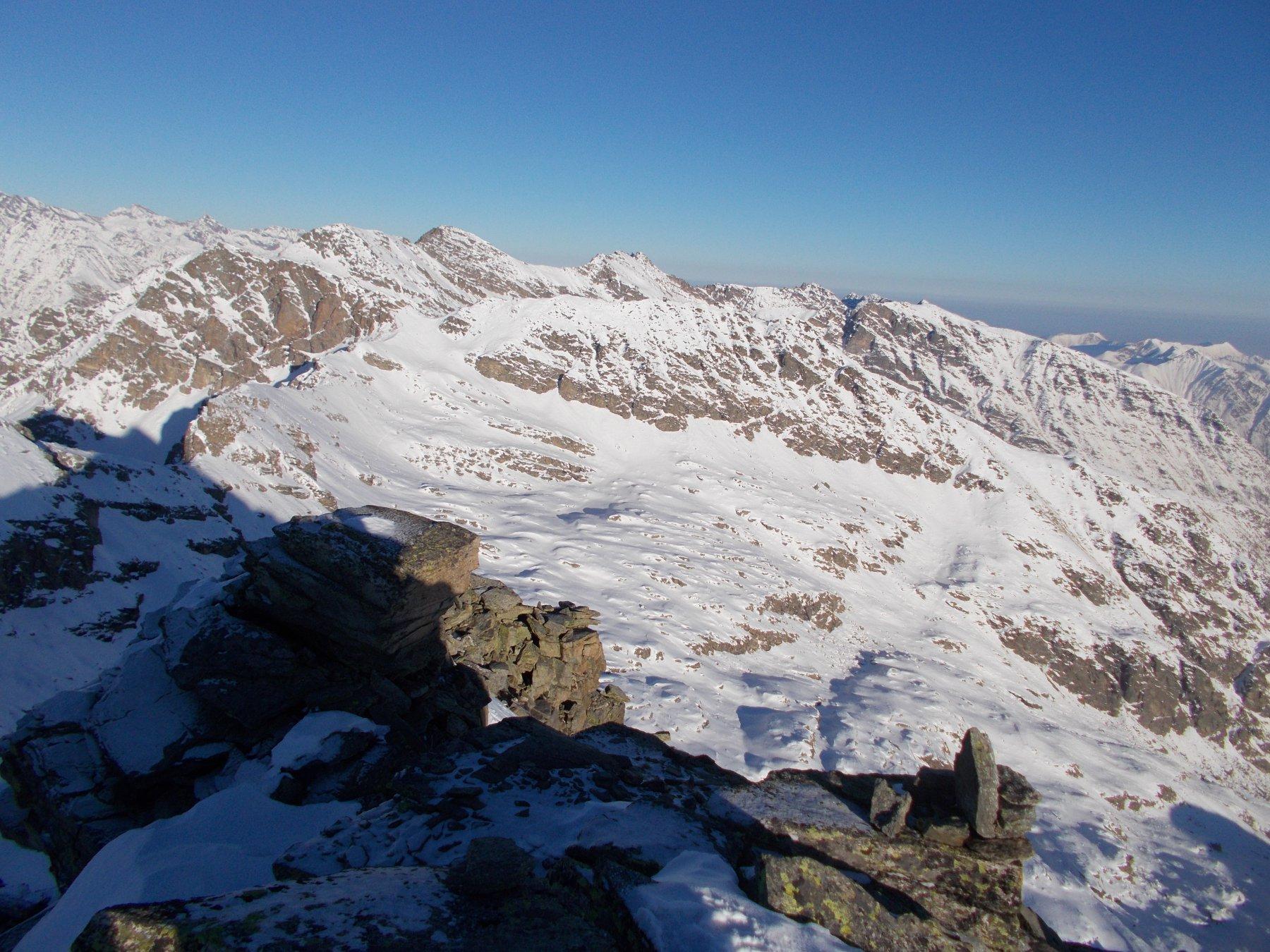 la cresta nord.est di salita dalla punta..al fondo la Ferta'..