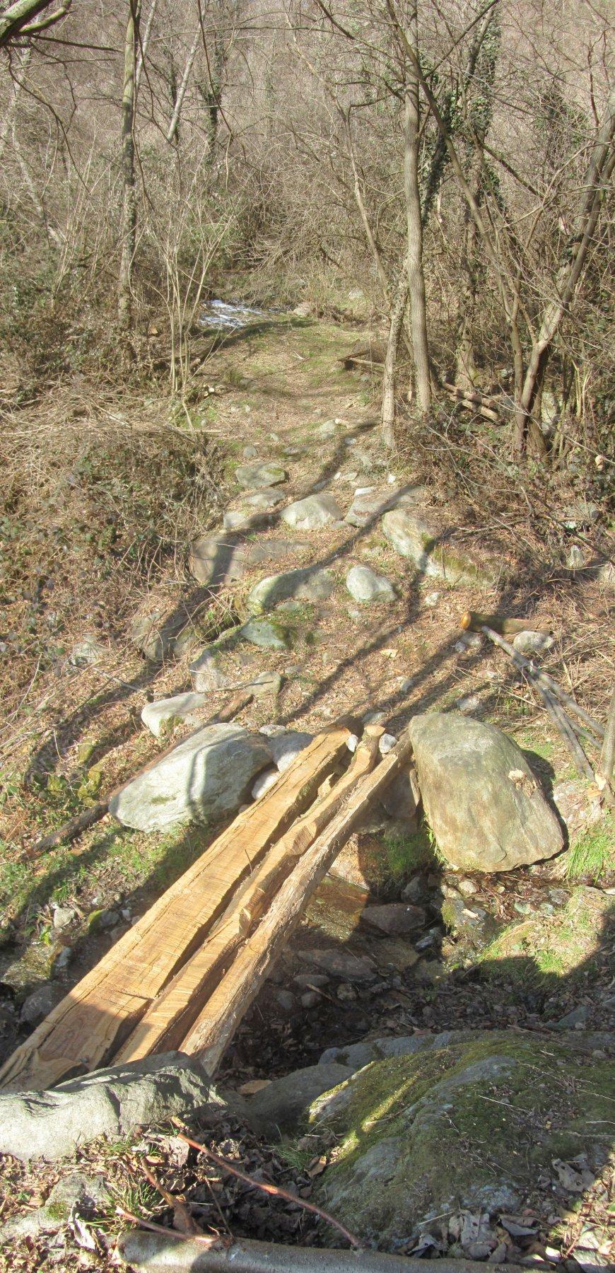 ponticello dove finisce il sentiero davanti alla cabina dell'acquedotto