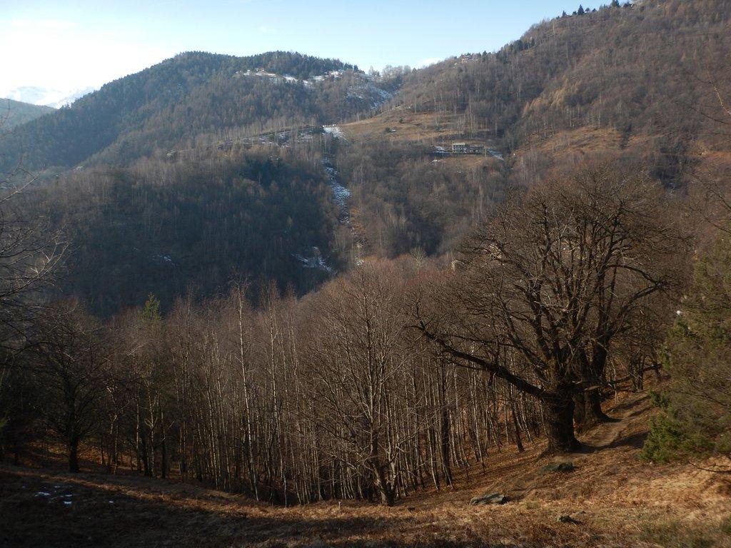 Vista sul parcheggio di località Dairino da cui parte il sentiero breve per il rifugio