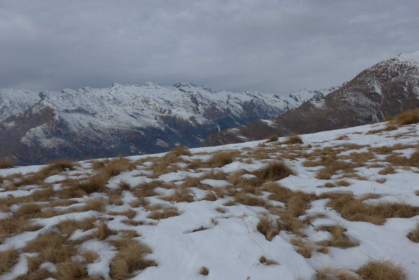Al colletto, con bei panorami sulle montagne della Valchiusella