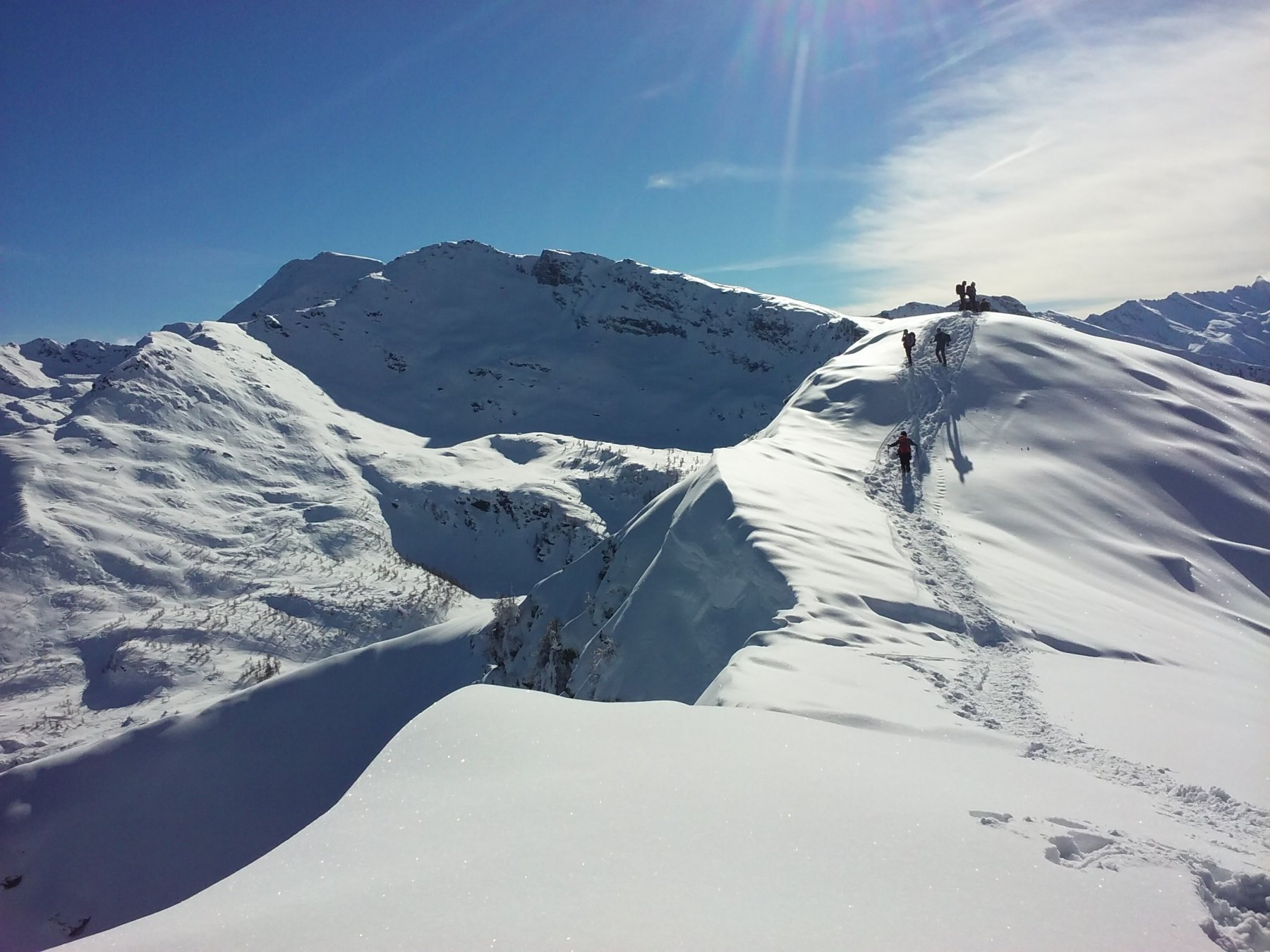 Poco a sinistra del centro la cima delle Liste e tutta a sinistra la punta Bruta, viste dalla Rocca Bianca.
