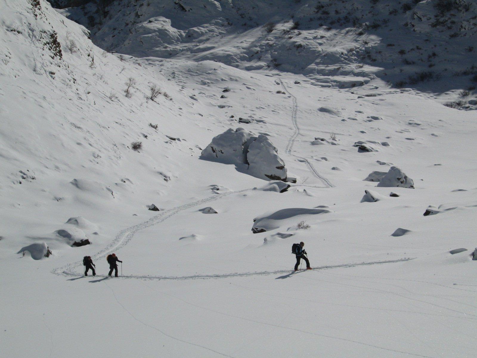 salita nella parte bassa con poca neve e tante pietre