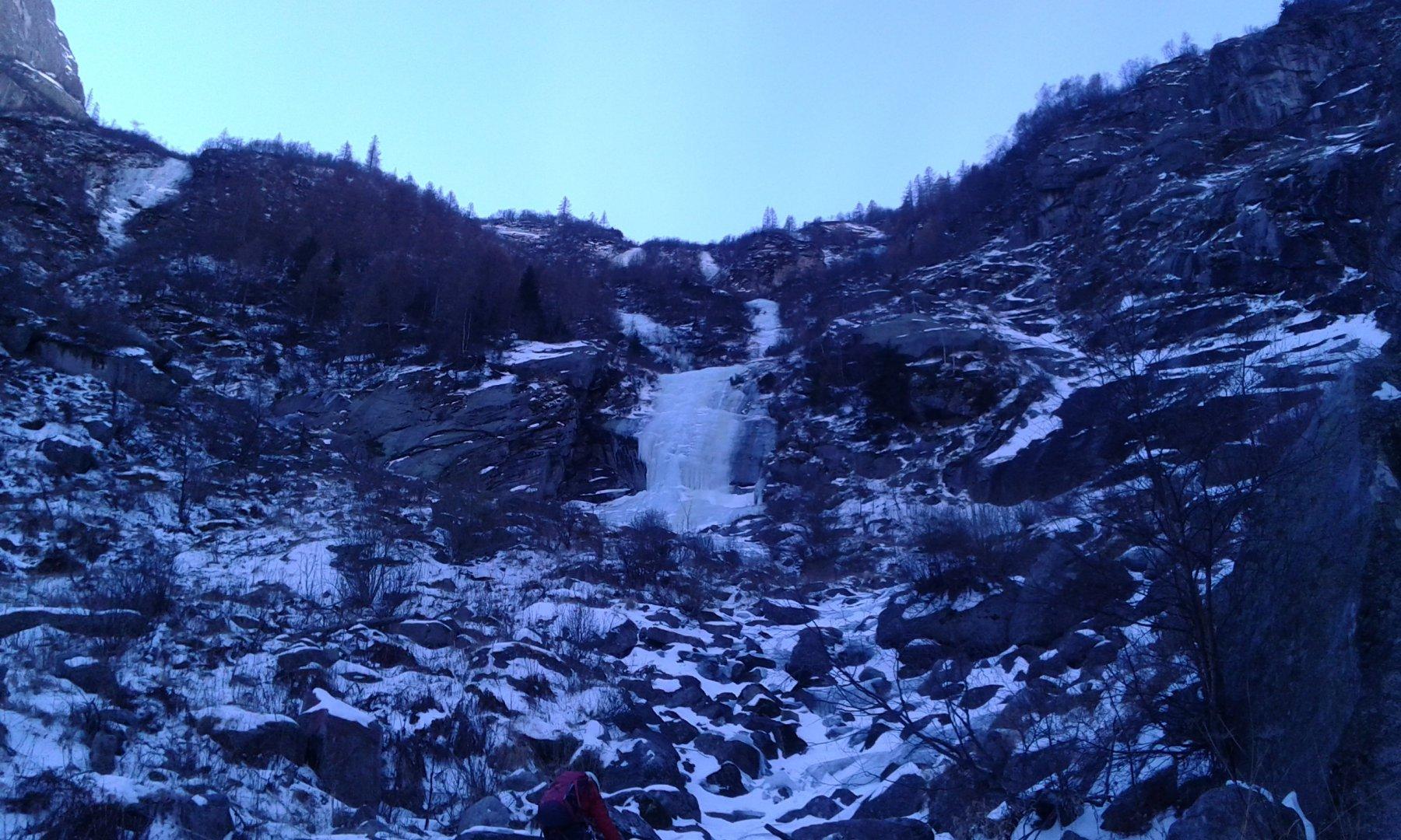 La cascata dal sentiero.