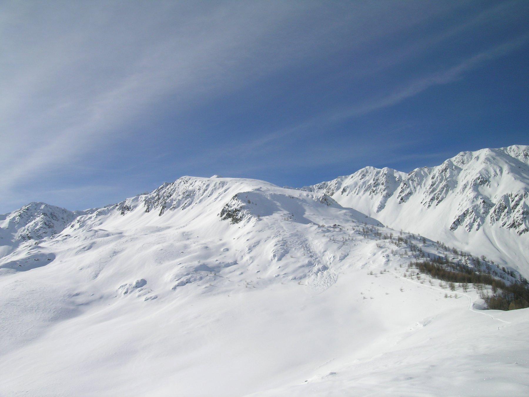 l'ampia dorsale dover corre il tracciato e la Serra del Bal