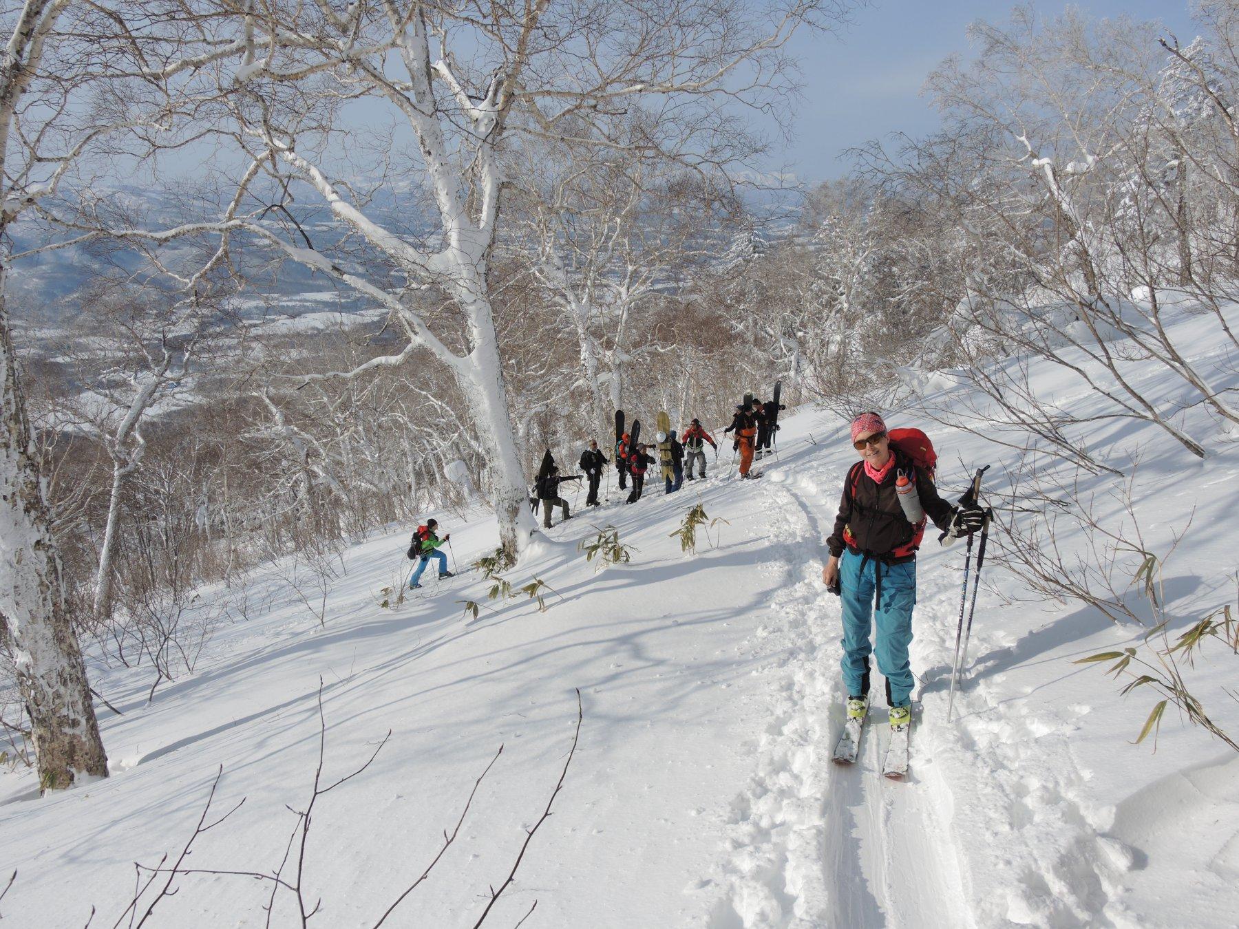 Giapponesi con ciaspole e snowboard
