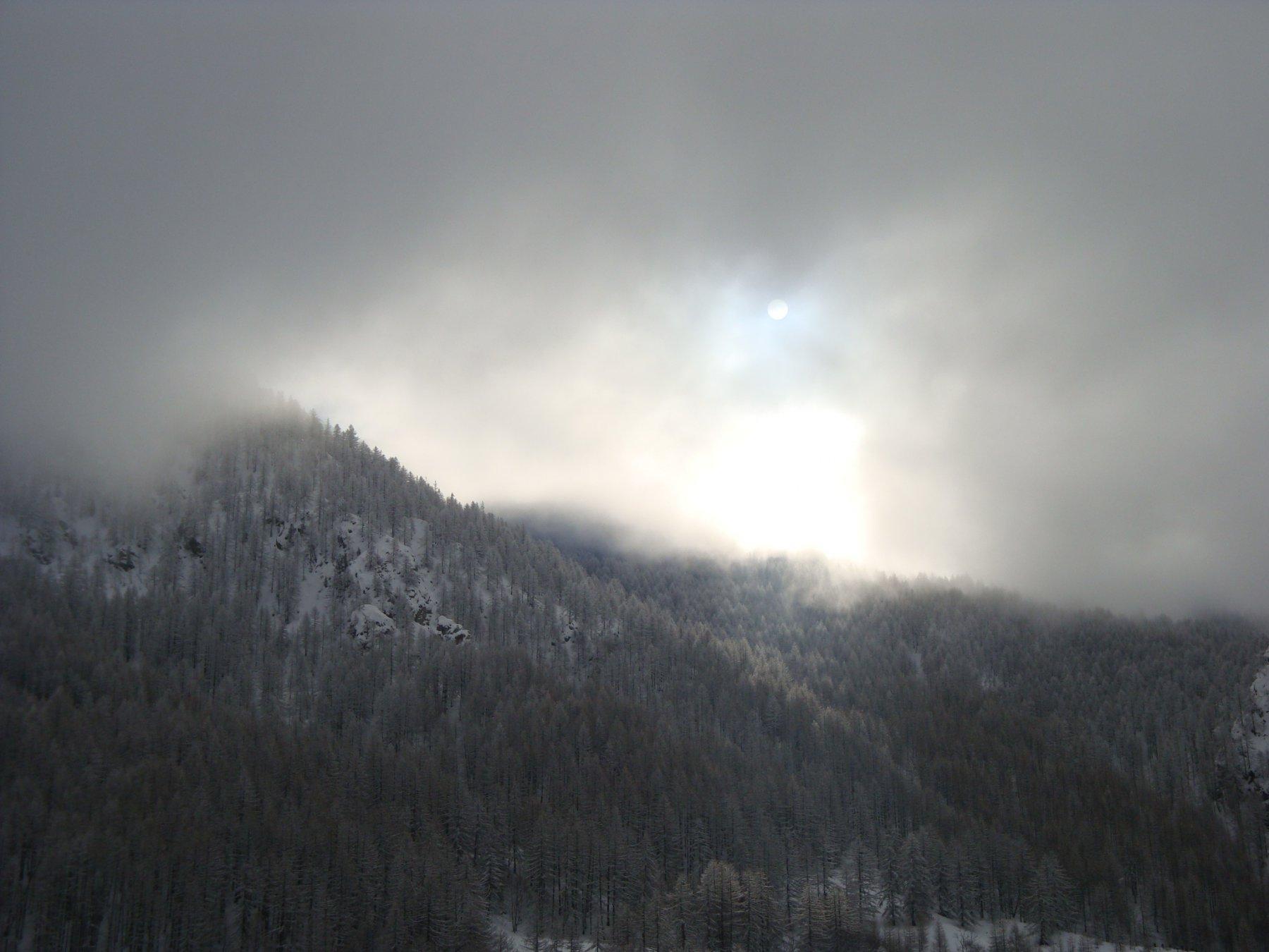 il sole fa capolino tra le nubi
