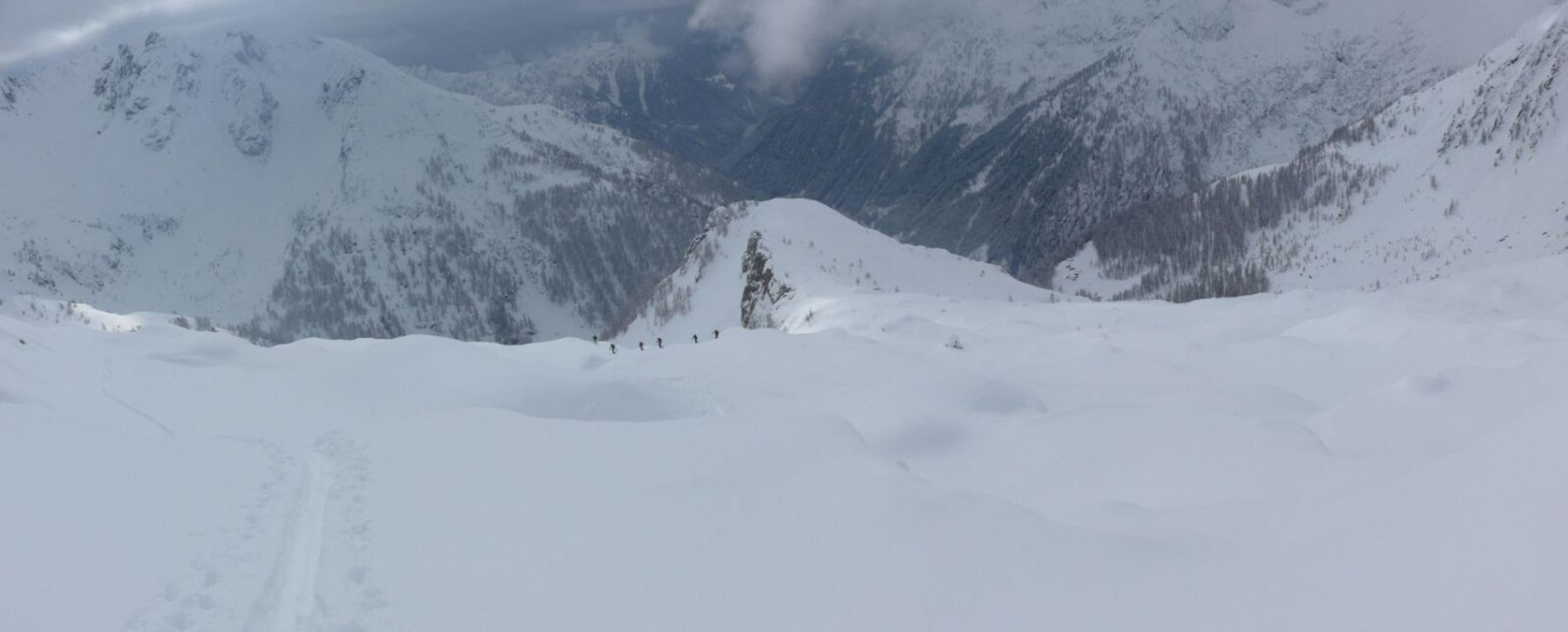 gruppo molto allungato sopra i 2000, con tanta neve così meglio salire a rate...