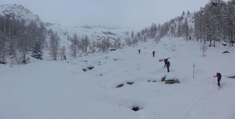 rio Passone attraversato con fatica tra pietroni coperti di neve inconsistente