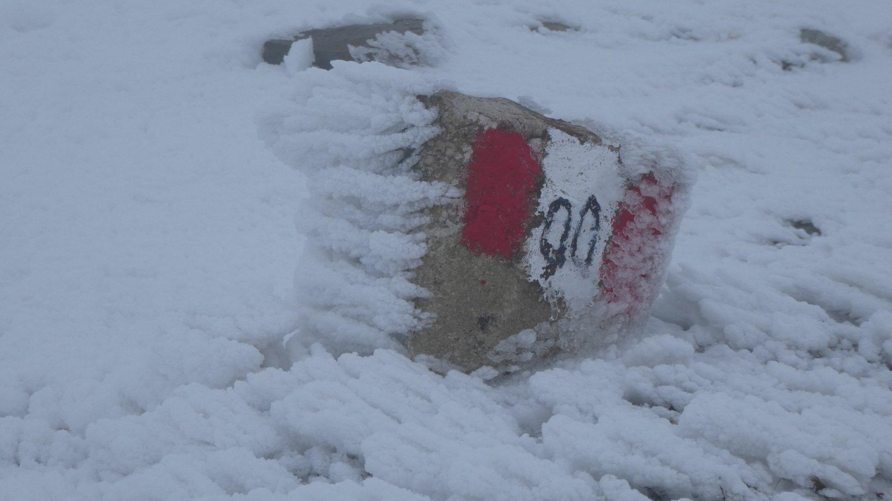 il segnavia, visibile anche nella parte alta del crinale