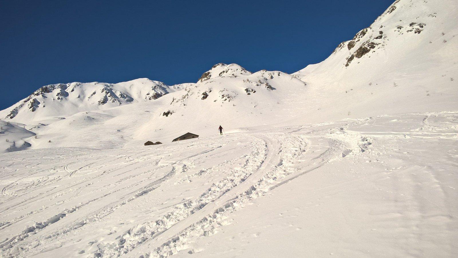 Di nuovo agli alpeggi, a destra il canale sceso