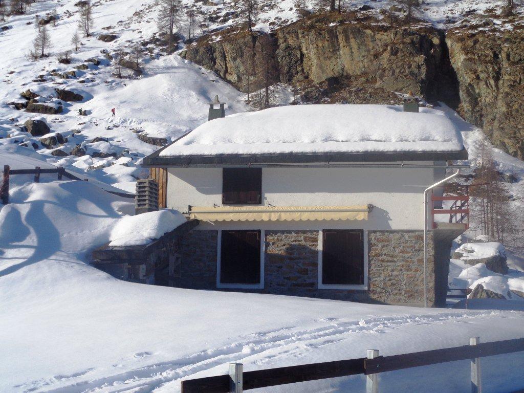 skialper sulla stradina per Mont Blanc