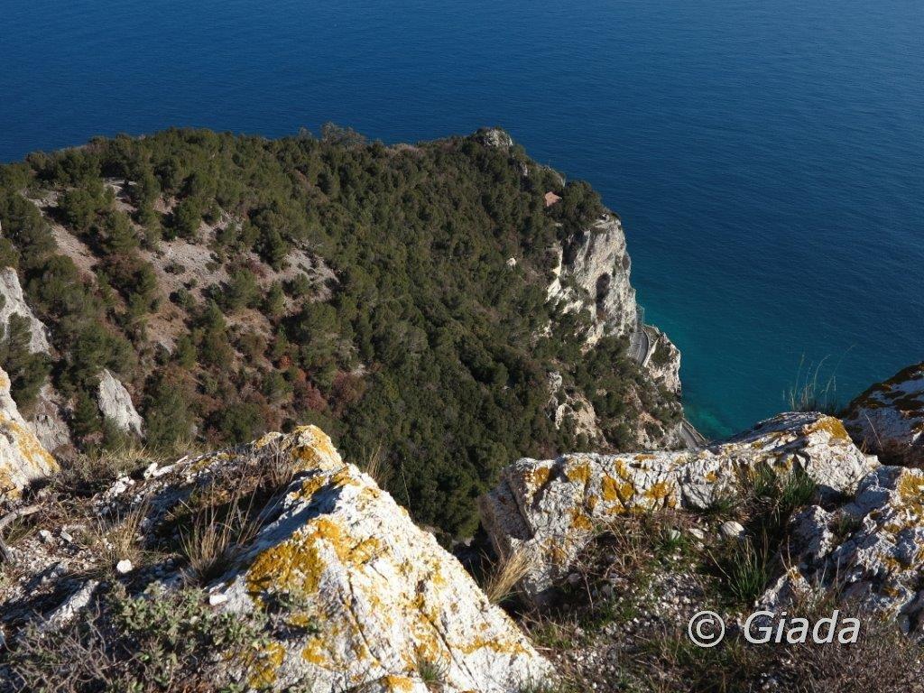 Dal semaforo di Capo Noli uno sguardo in basso all'Eremo del capitano D'Albertis