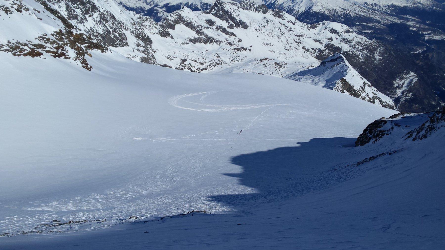 tracce sul ghiacciaio di atterraggio di due ultraleggeri