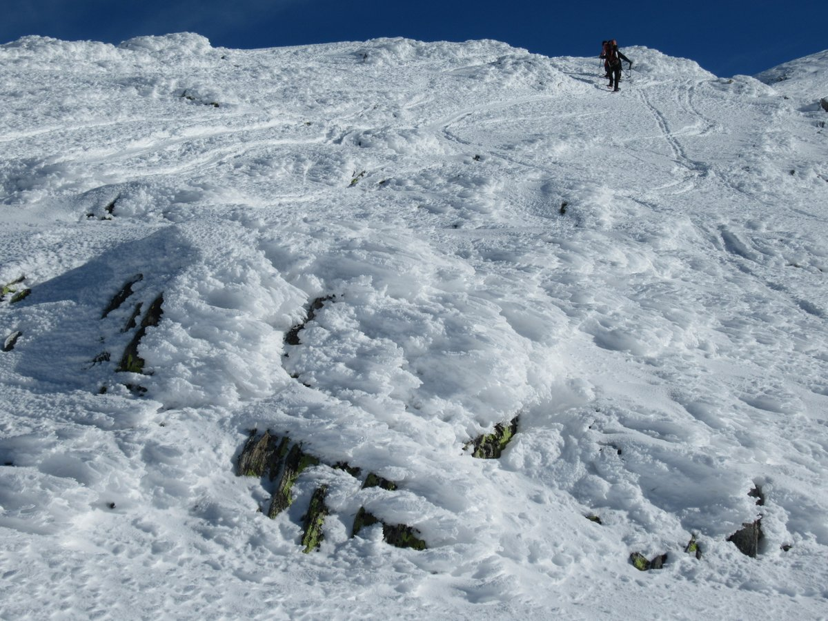 Raggiungendo la dorsale per la cima: neve molto lavorata dal vento