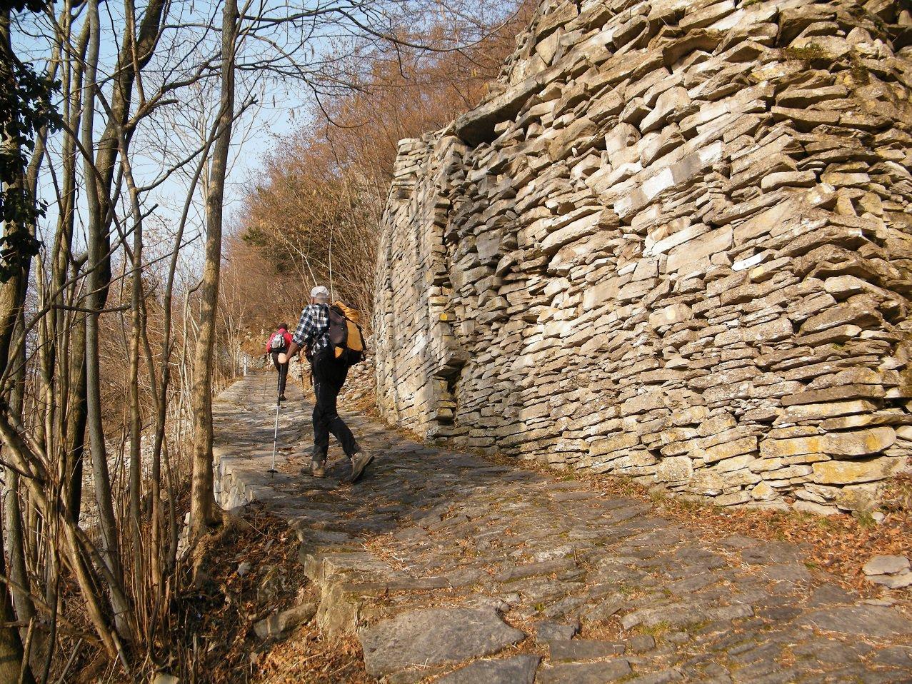 Sulla stradina con gli impressionanti muri a secco