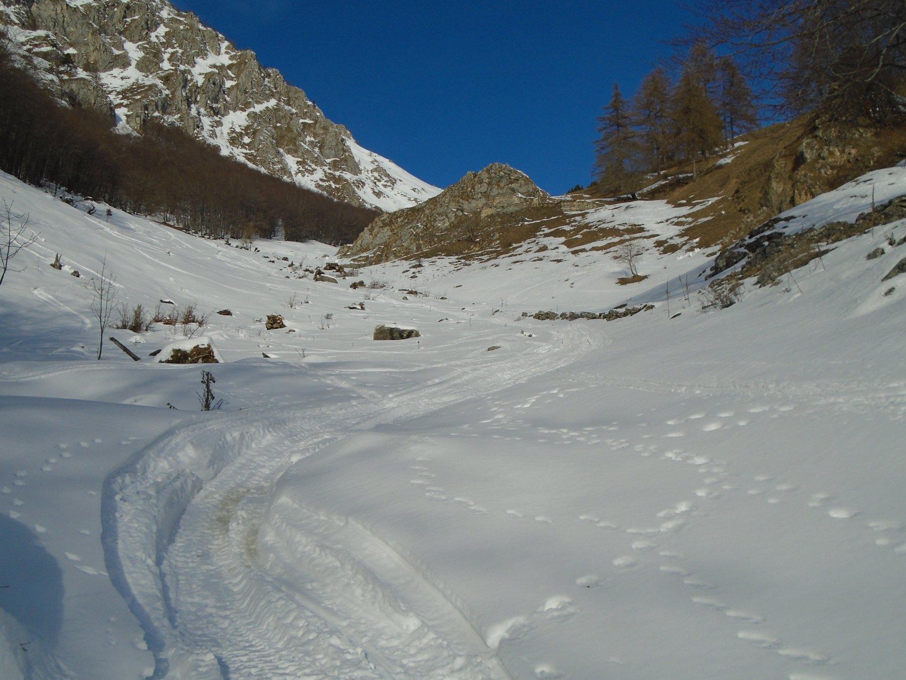 Inizia la neve più abbondante: cresta del Monte Agnelliera a sx
