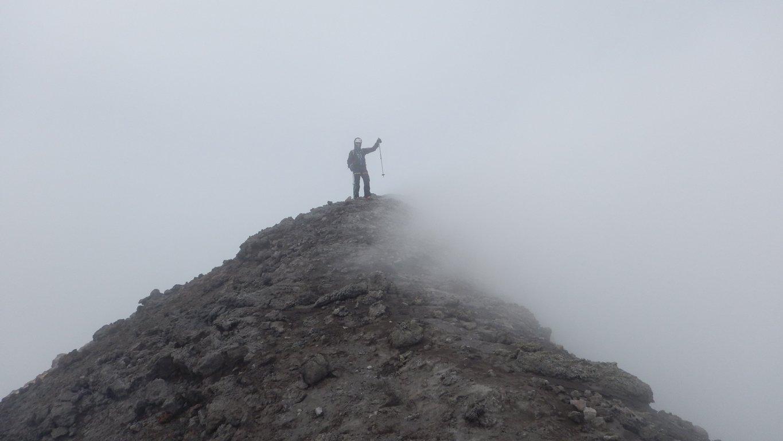 Sergio in vetta con vento patagonico