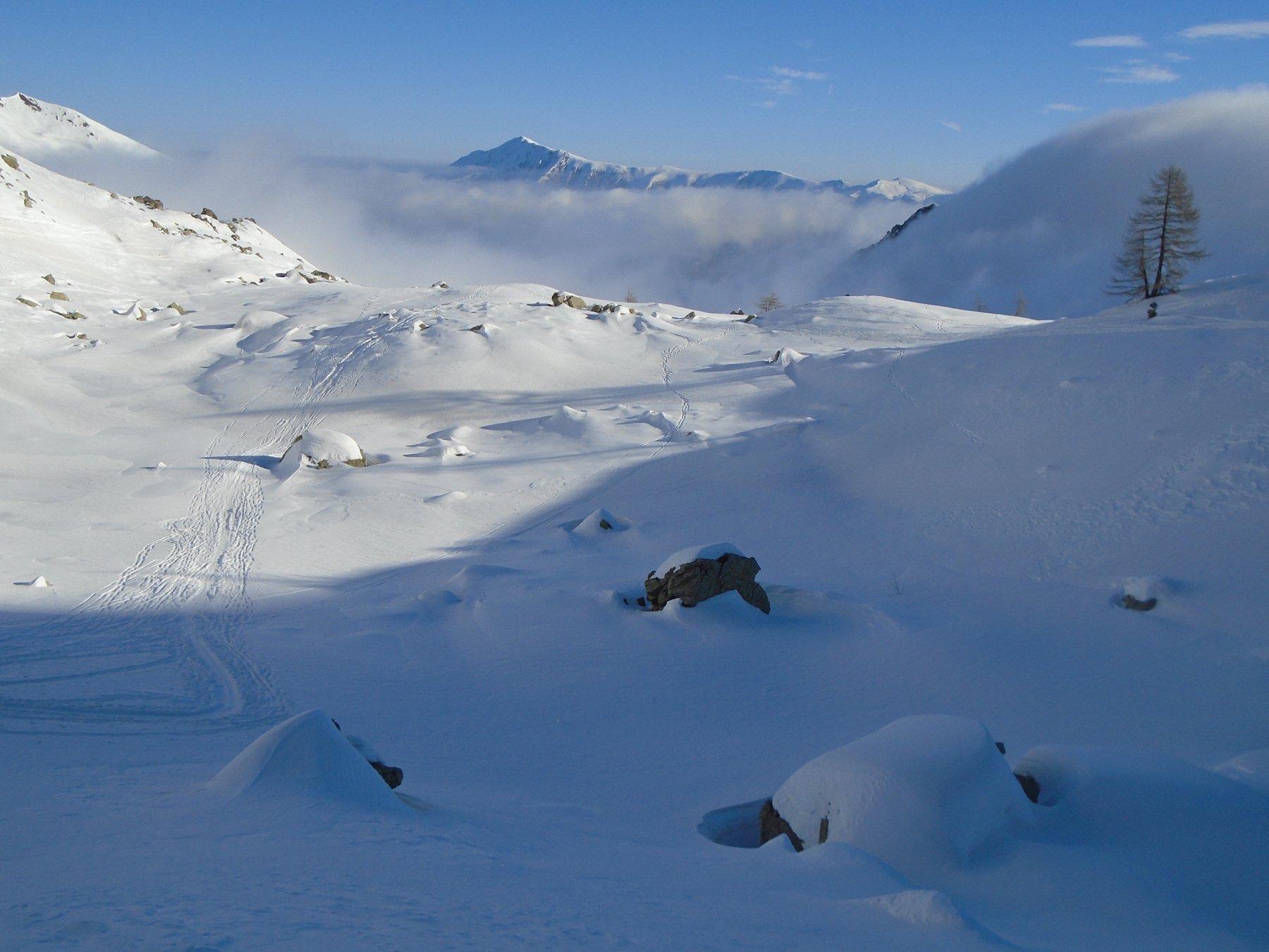 Sguardo indietro: secondo ripiano e conca successiva oltre la nebbia