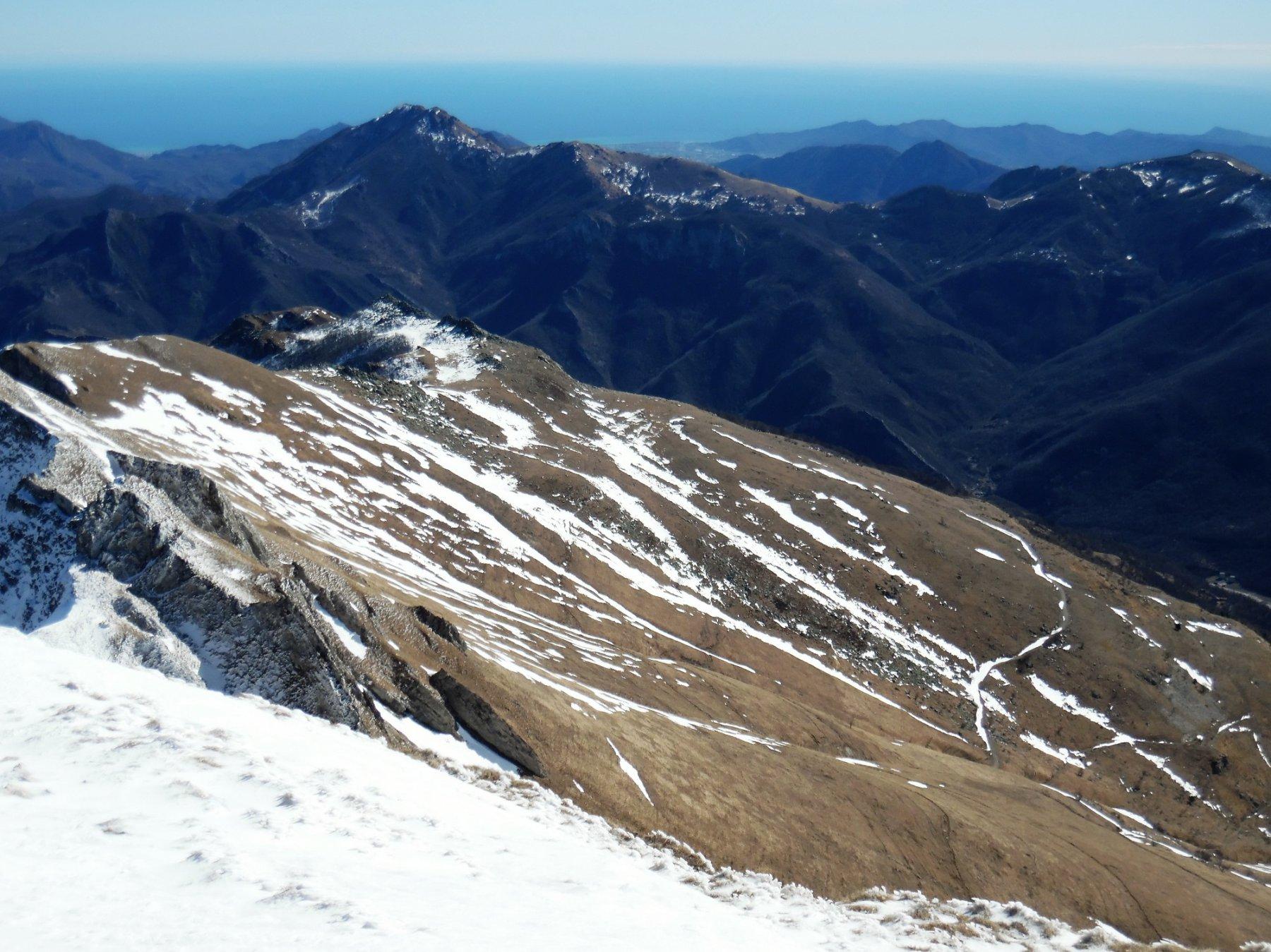 Versante Val Tanaro e il mare blu