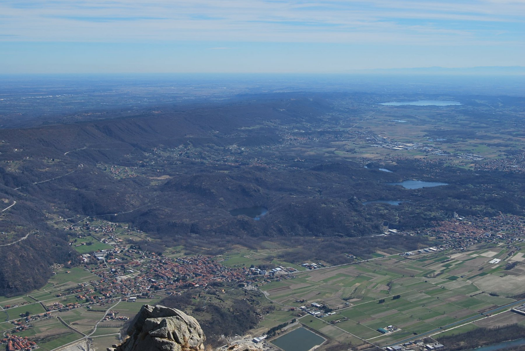 Uno scorcio dalla vetta sulla pianura, con la Serra ed i laghi di Ivrea e Viverone