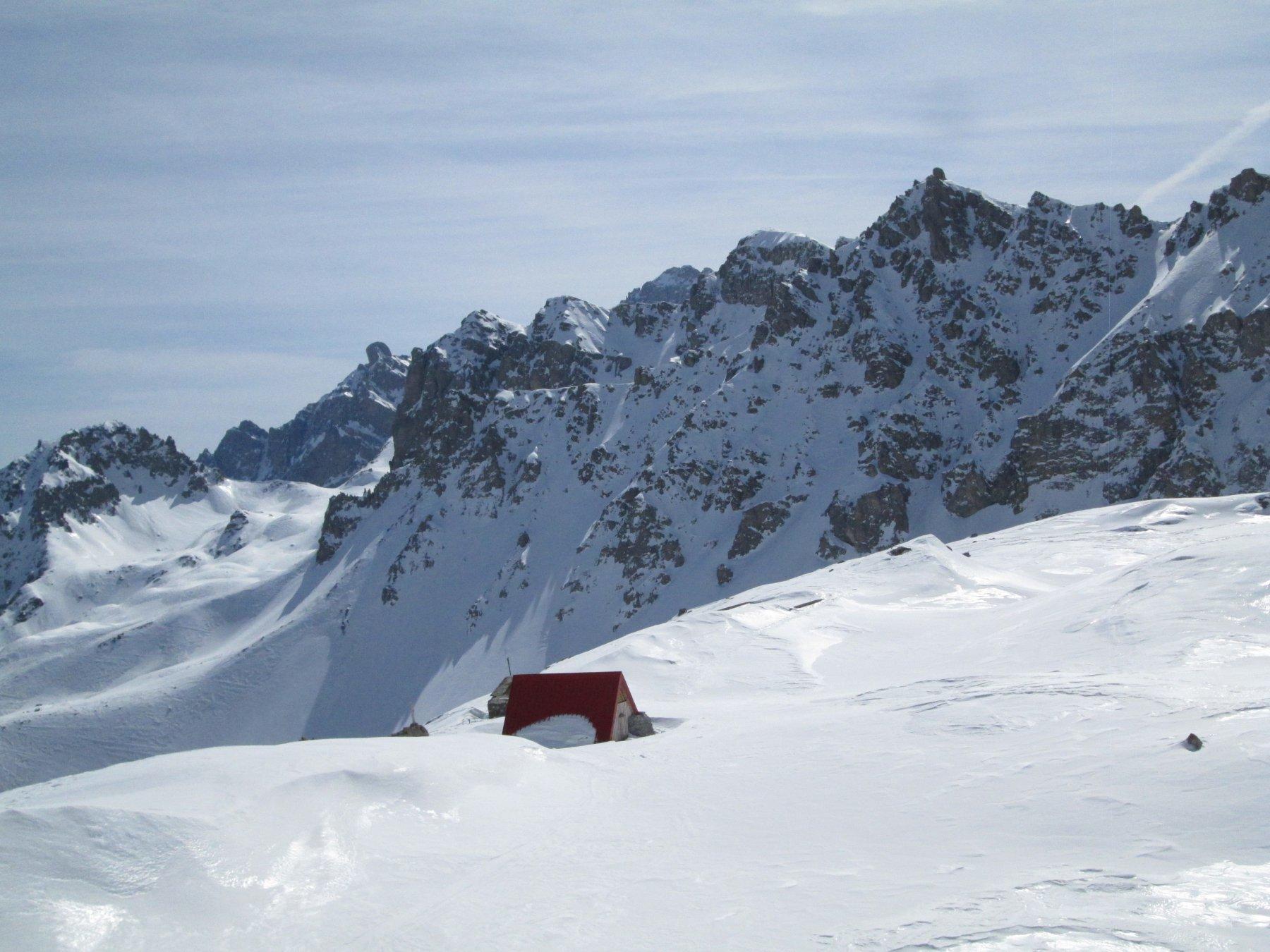 bivacco Sartori, spicca sulla neve