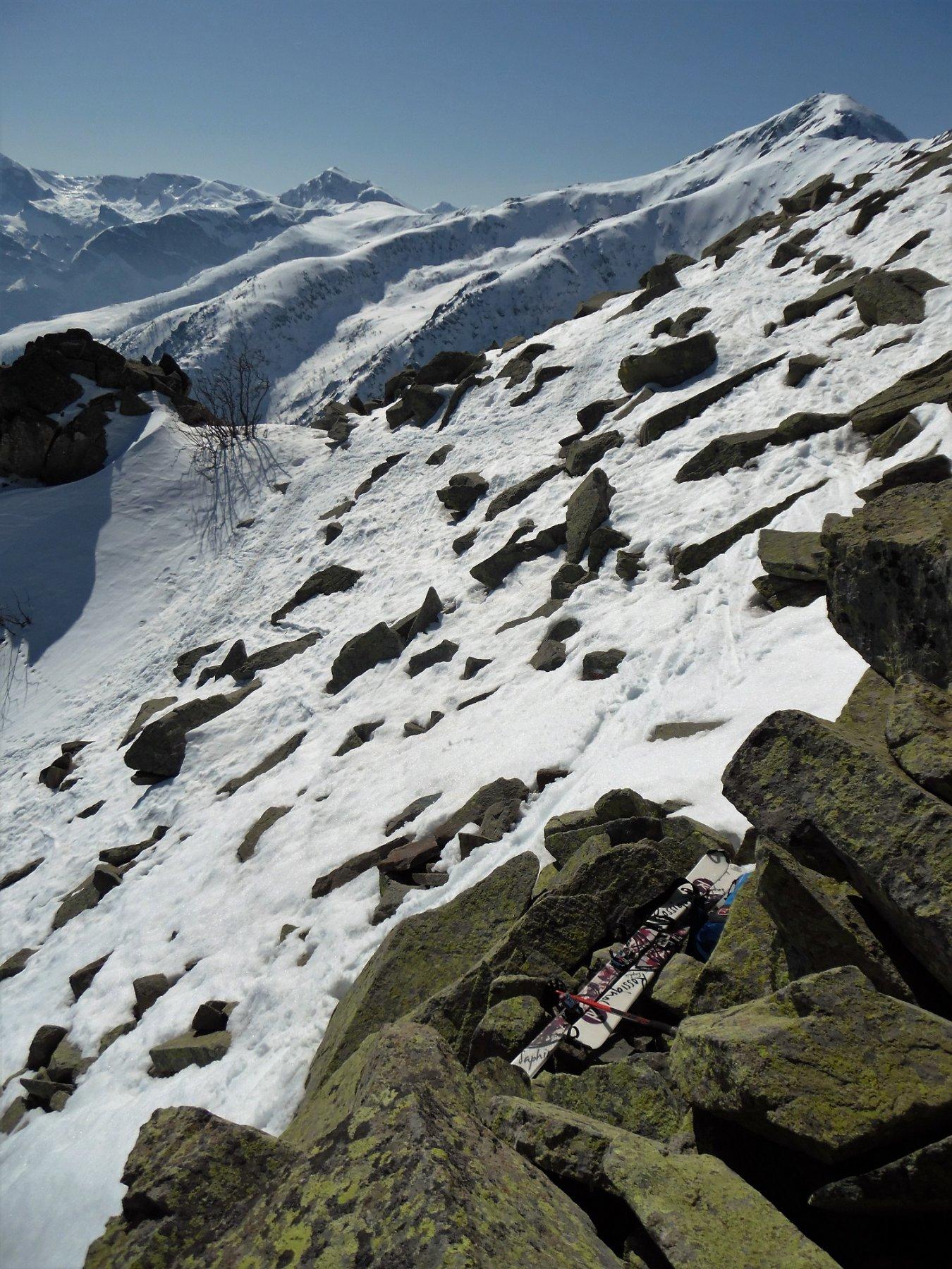L'abbandono degli sci e le rocce affioranti