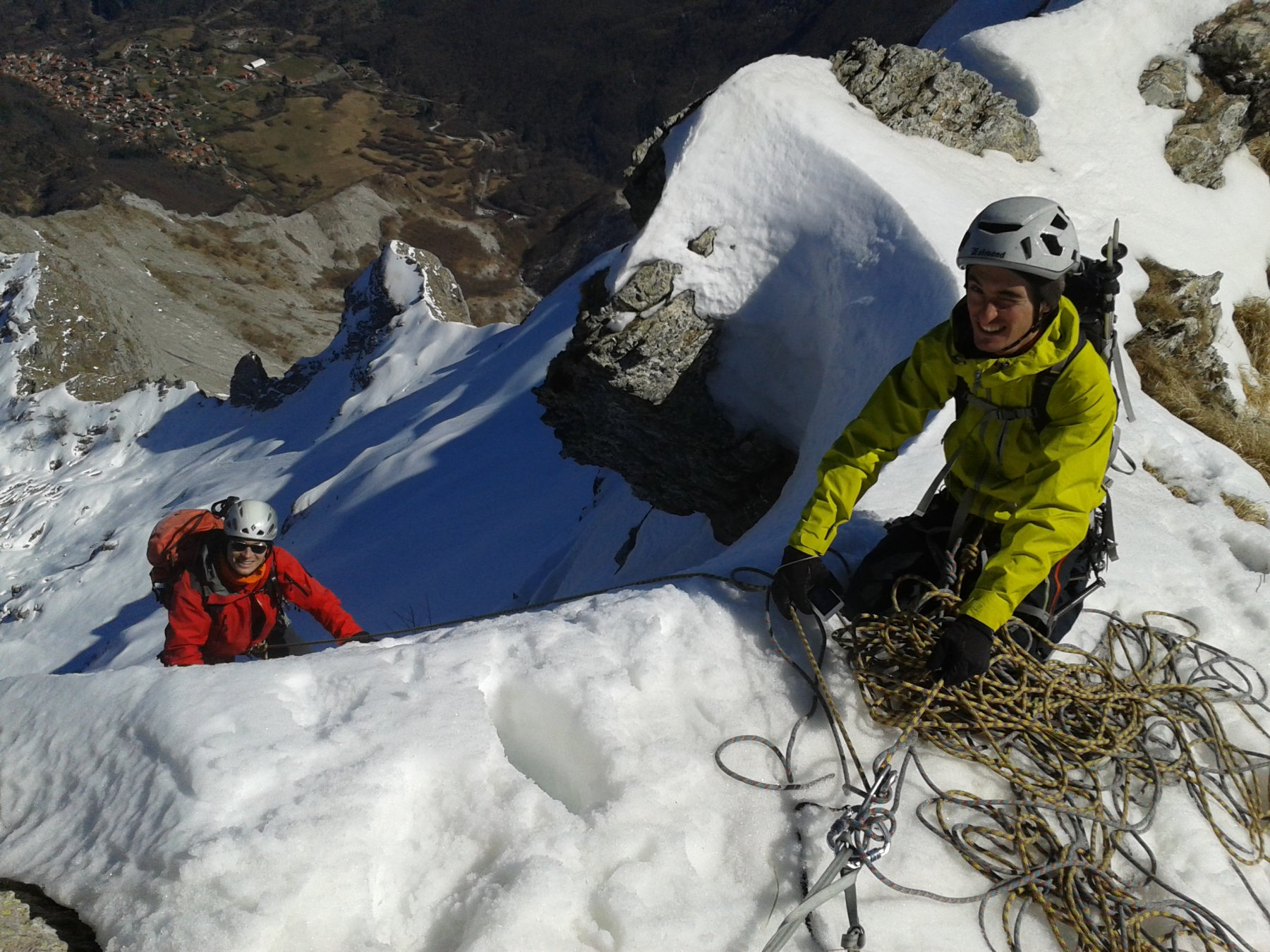 L'uscita in vetta, alpinisti contenti e Gorfigliano giù giù in fondo