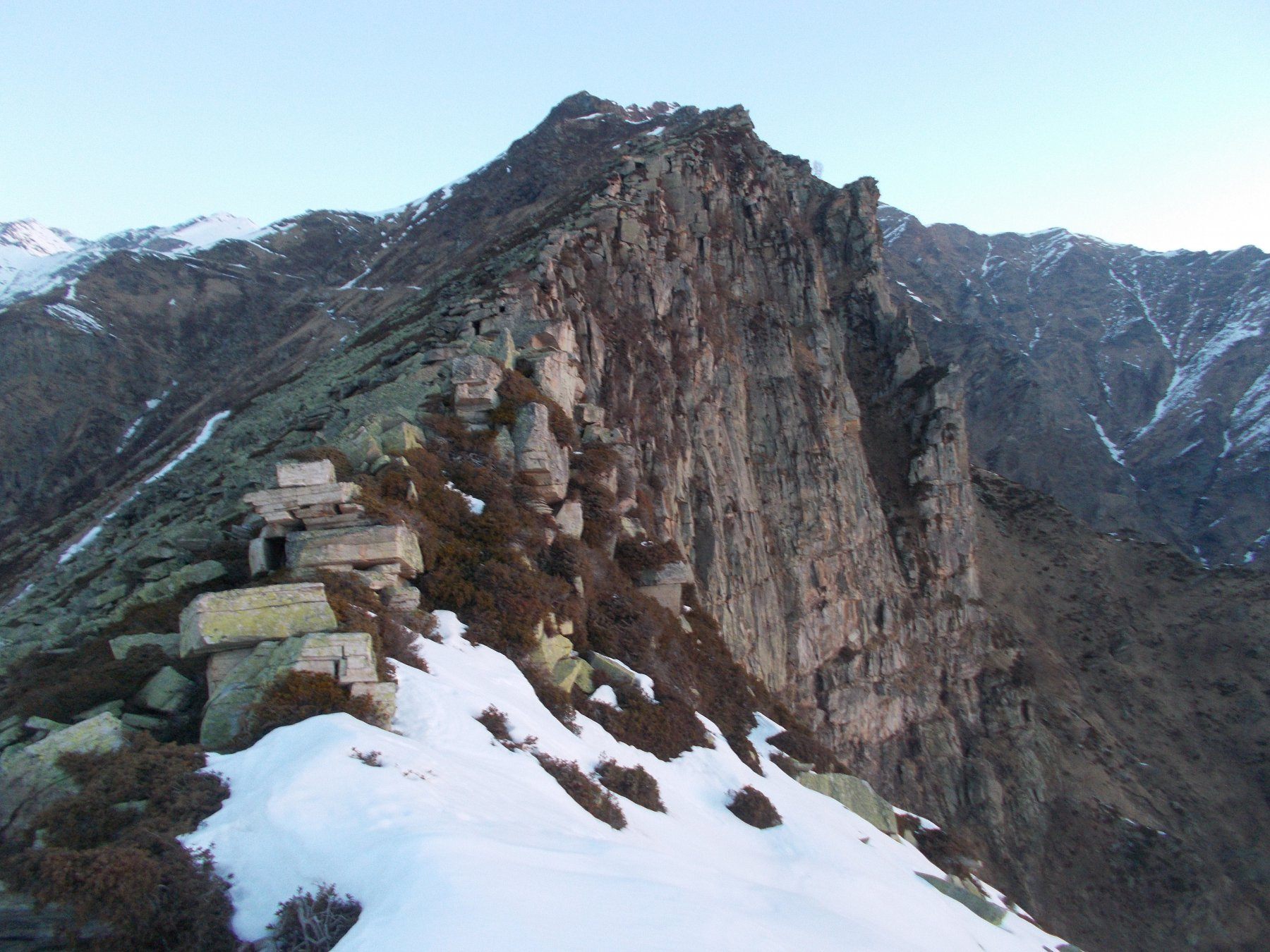 la cresta come si presenta oltre la Rocca..