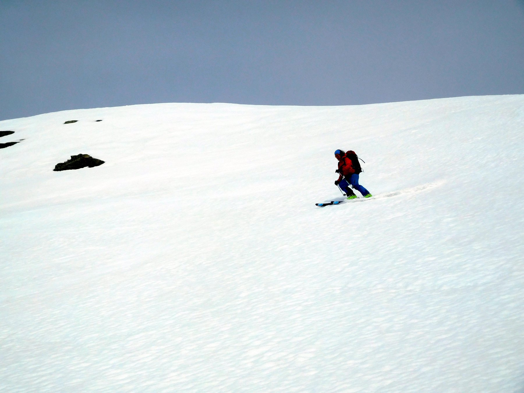 Elena si gode la neve primaverile