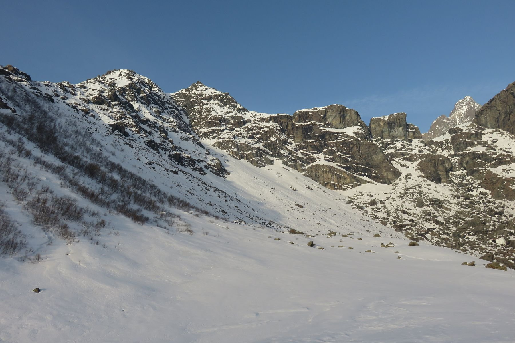 entrando nel vallone dell'Alpetto, la Testa Rossa sulla sx, il Monviso a dx sullo sfondo