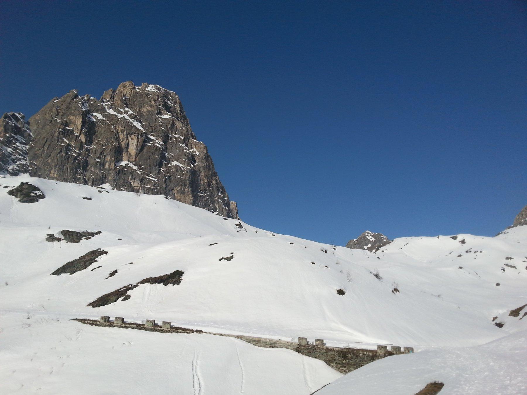 Salendo svetta la Rocca Parvo