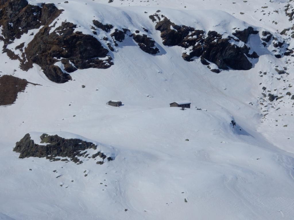 dalla cima: il rifugio Alpetto (vecchio e nuovo)
