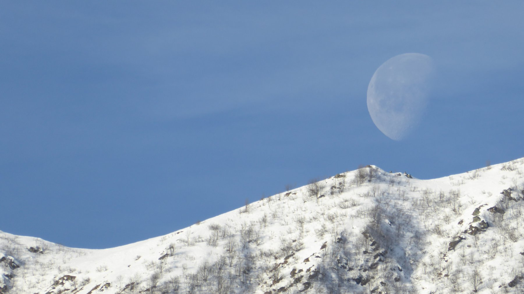 Zoom sul Colle Crest con luna
