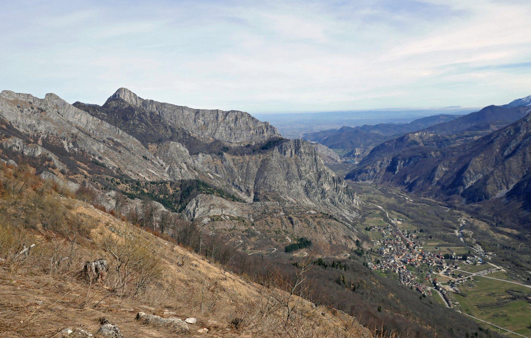 In salita bello scorcio panoramico su Valdieri e il monte Saben