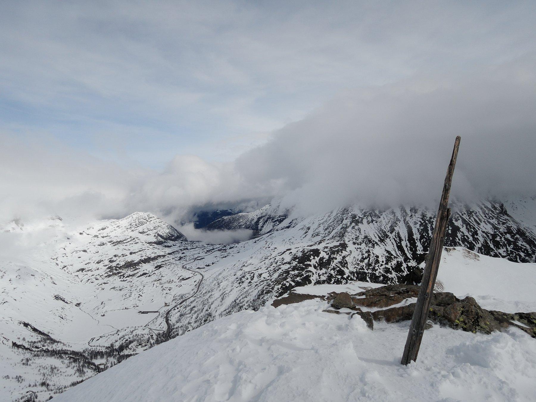 Dalla vetta, vista sul sempione dove le nuvole non hanno mollato