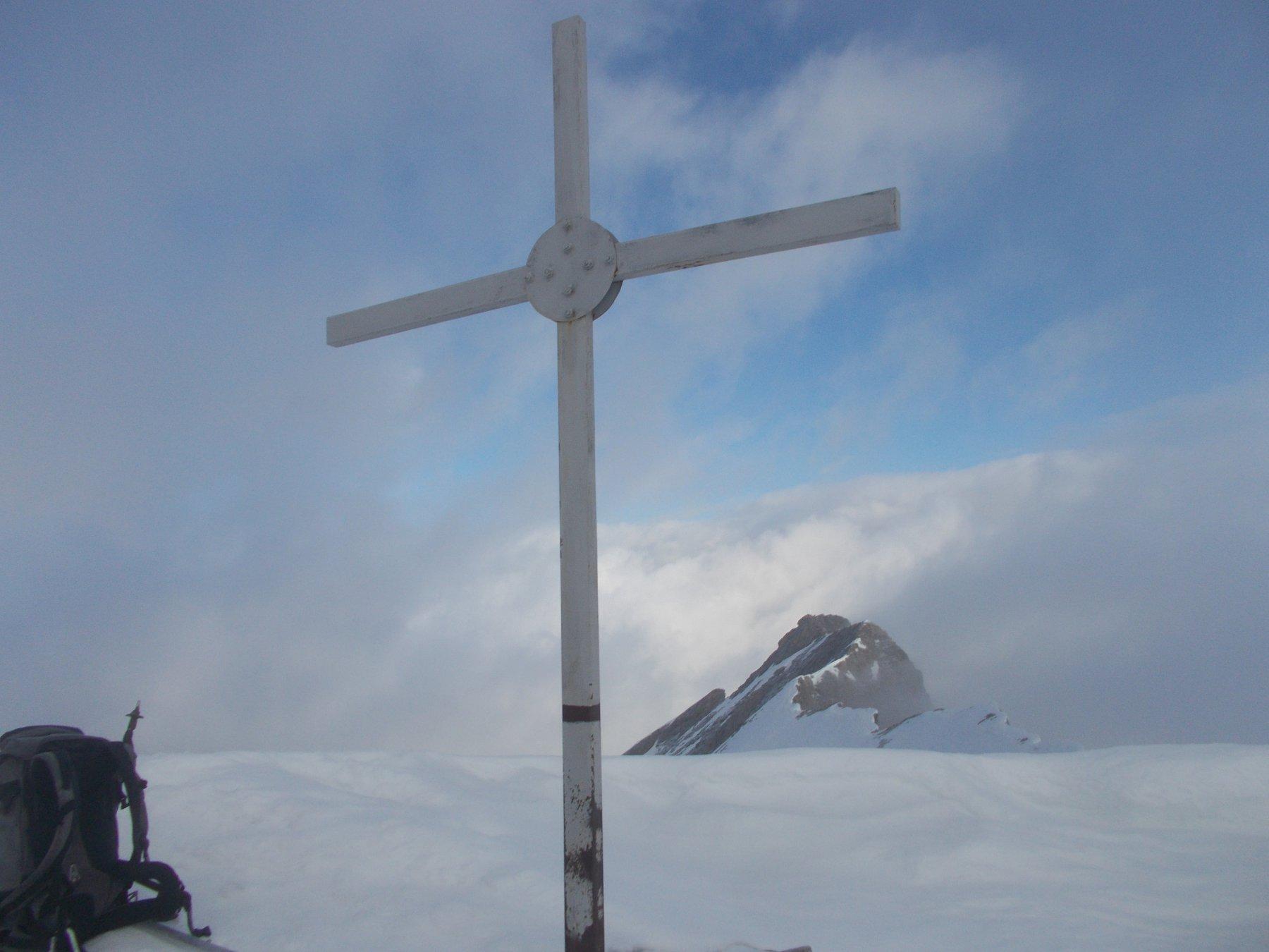 da dietro la croce di vetta..sbuca al centro la cuspide della Francais Pelouxe..