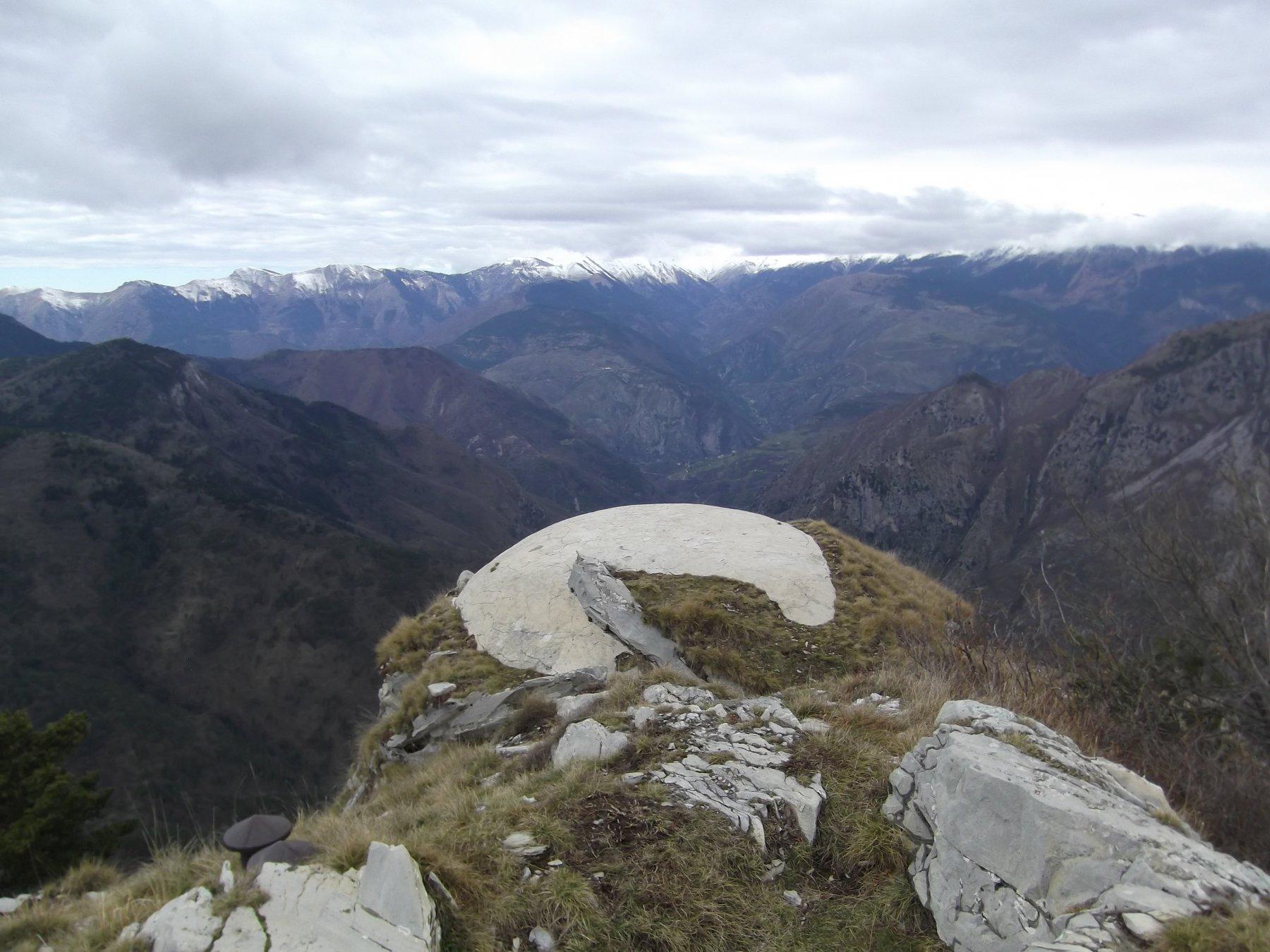 L'osservatorio del Monte Lega (m.1556) e vallone di salita.