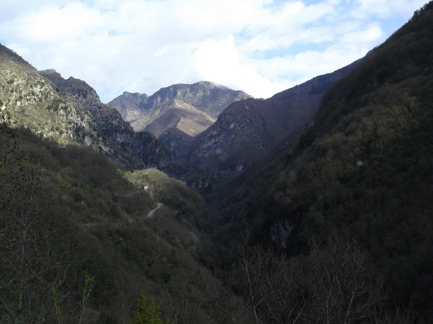 Monte Lega e vallone percorso da valle.